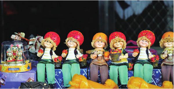 各式各样的台湾陶瓷娃娃。