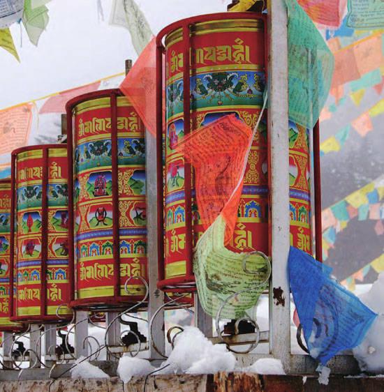 外部装饰着各种精美图案的立柱式经幡,在微风的吹拂下发出哗哗巨响。