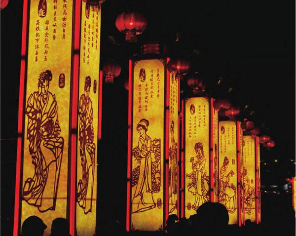 一年一度的秦淮灯会已是南京特有的民俗文化,各式各样的主题灯会竞相展出,场面热闹非凡。