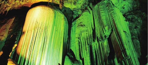 一道道幽幽的蓝光让整个岩洞显得既神秘又深邃。