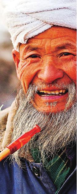 年过古稀的老人依旧笑容灿烂,神采奕奕。