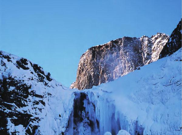 在阳光的照射下,终年积雪覆盖的长白山像一个冰清玉洁的女子,出落得那样纯 粹,那样高洁。