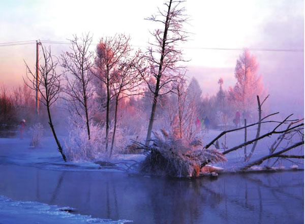 附近喷涌的火山给泉水上方缭绕着的白烟染上了几分绚丽的色泽,更蒙上了一层朦胧的童话气息,令人如此痴醉。