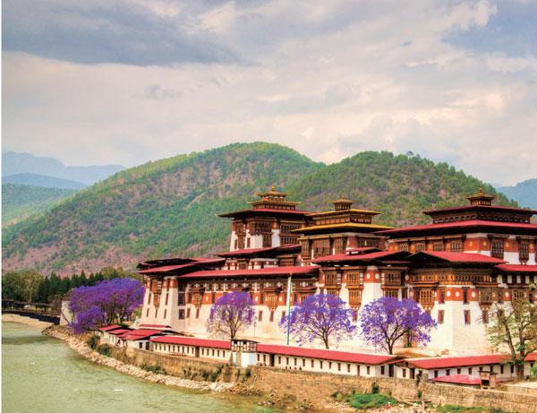 不丹的宗教色彩浓厚,寺庙众多,尤以虎穴寺最为神圣。