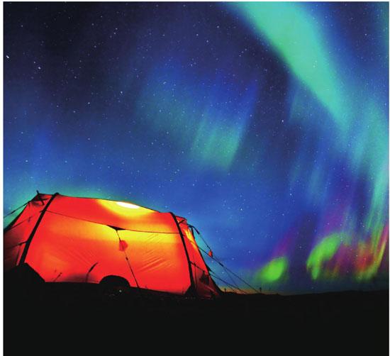 芬兰的夜空极美,绚丽的极光和繁星让夜空流光溢彩。