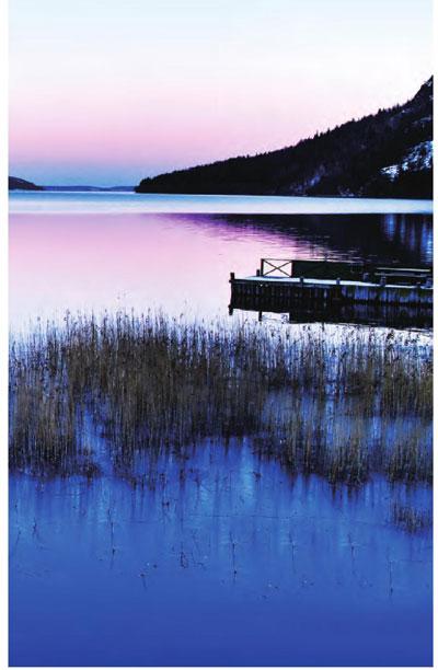 拉普兰德平静的湖面上泛着微微波浪,天边若隐若现的光亮给湖面抹上了一层淡淡的色泽。