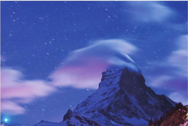 冬天的阿尔卑斯山被积雪笼罩,远远望去,折射出一种奇壮与坚硬。