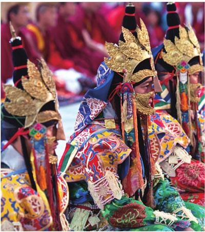 杜巴女神的选举仪式上,少女们盛装打扮迎接考验。