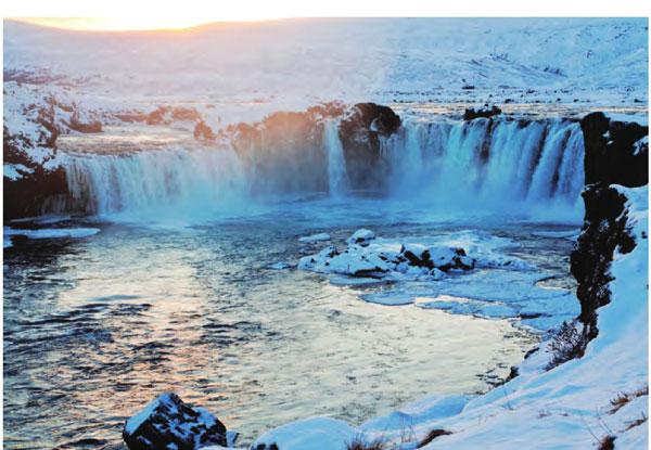 冰岛的黄金瀑布,水流湍急,水花四溅,在阳光下泛出点点金光。