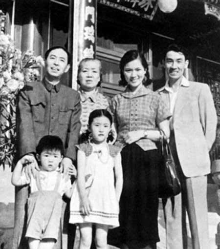 1959年,茅盾和家人出游