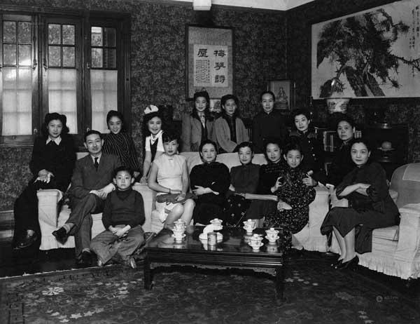 梅兰芳与家人弟子合影银盐照片一张