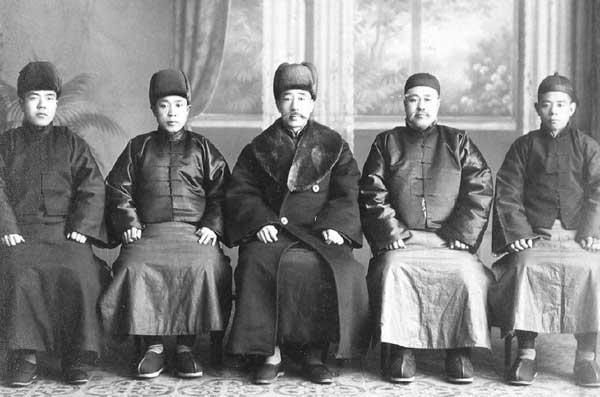 图:汤玉麟(右二)与张作霖等人合影