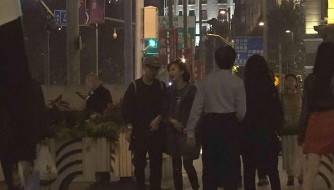 陈意涵与导演男友街头牵手 男方蹲下帮系鞋带很甜蜜