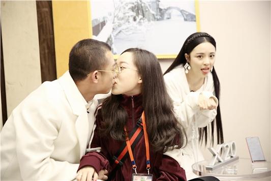 GAI与未婚妻深情拥吻
