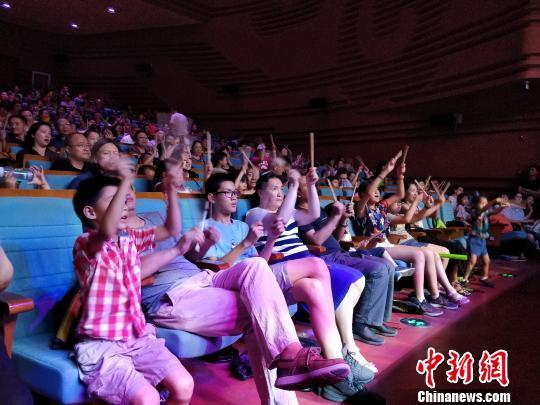 图为观众与艺术家互动。 刘旭 摄