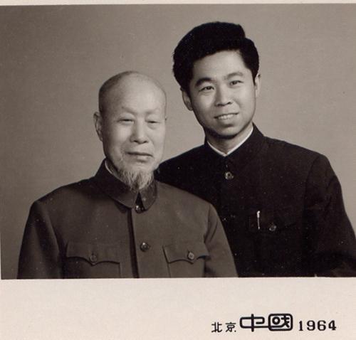 萧长华先生与钮骠(右)合影。受访者供图