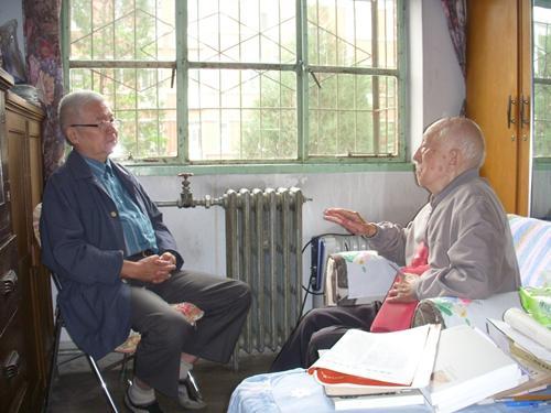 2011年中秋,吴小如先生与钮骠(左)交谈。张一帆 摄