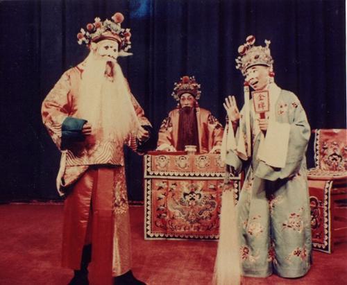 《选元戎》剧照,左起:萧长华饰程咬金、雷喜福饰唐王、钮骠饰大太监。受访者供图