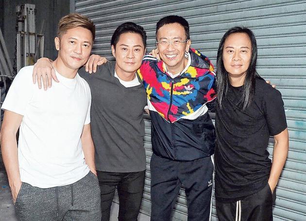 草蜢的新歌《上天关了一扇门》拍MV,邀请郑丹瑞(右二)担任导演。