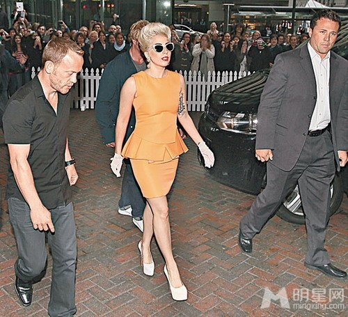 Lady GaGa抵新西兰开演唱会 男友陪同春风满面